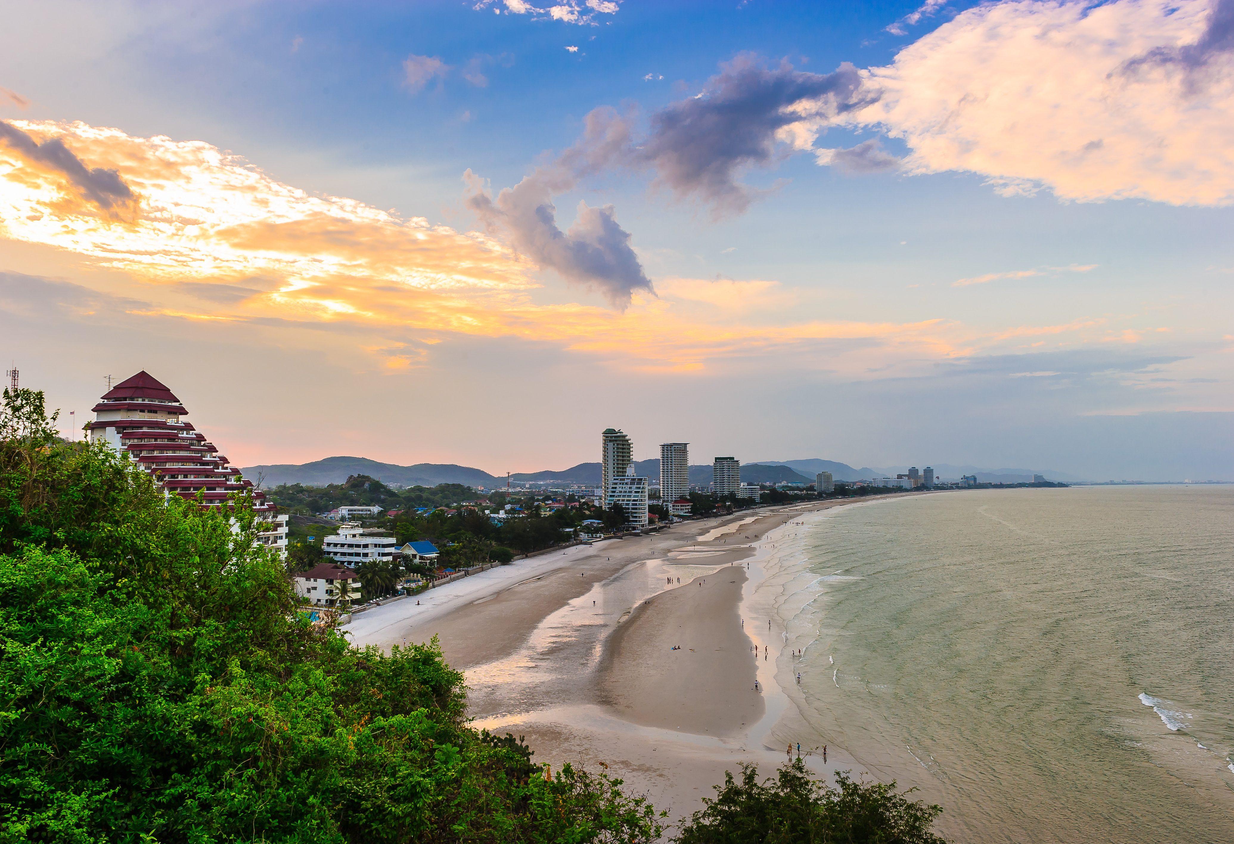 Het strand bij het centrum van Hua Hin in Thailand