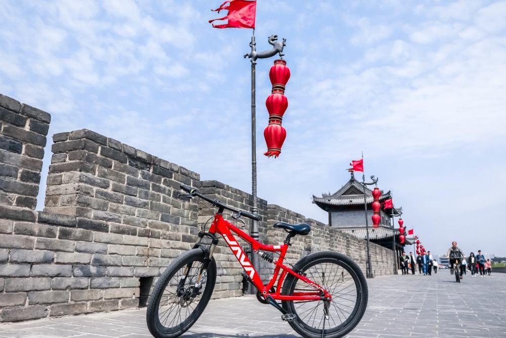 Fietsen over de stadsmuren van Xian